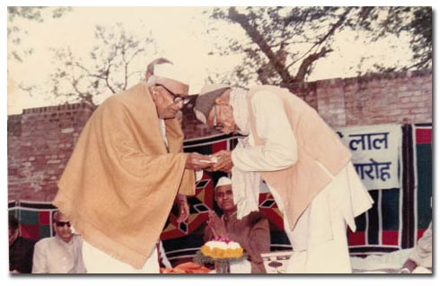 Dada Ganeshi Lal Recieving Honour